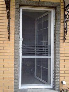 moskitnaya-setka-na-balkonnuyu-dver
